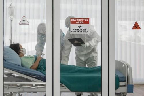 Ilustrasi perawatan pasien positif Covid-19. (Foto: Shutterstock).