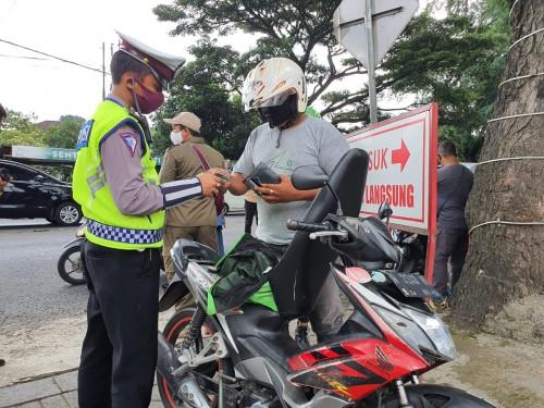 Petugas melakukan pemeriksaan kendaraan saat PSBB di Kota Malang. (Ist)
