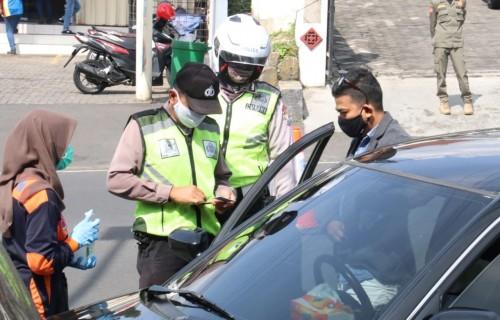 Petugas saat memeriksan pengendara di pos Jalan Trunojoyo, Kecamatan Batu beberapa saat lalu (Foto: istimewa)