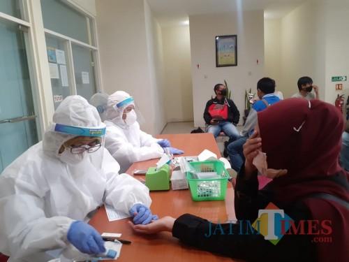 Ilustrasi petugas kesehatan Dinkes Kota Malang saat melakukan rapid test kepada salah seorang warga. (Arifina Cahyanti Firdausi/MalangTIMES).