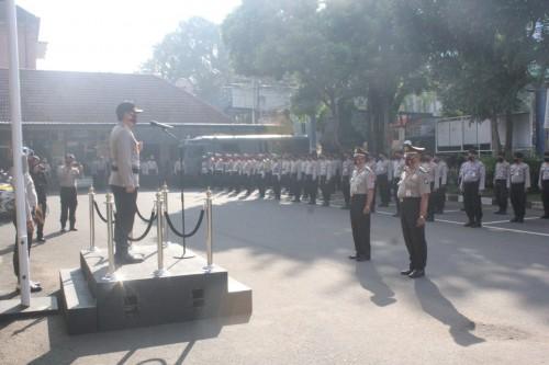 Anggota yang mengikuti upacara kenaikan pangkat pengabdian di Mapolresta Malang Kota (Ist)