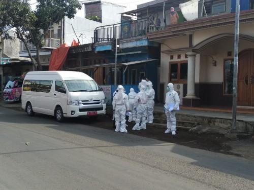 Beberapa tim yang bersiaga melakukan rapid test di Desa Giripurno Kecamatan Bumiaji beberapa saat lalu. (Foto: istimewa)