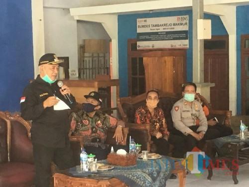 Bupati Malang, HM Sanusi saat menjelaskan soal rencana rapid test massal kepada para santri saat kembali masuk ke ponpes (Foto : Ashaq Lupito / MalangTIMES)