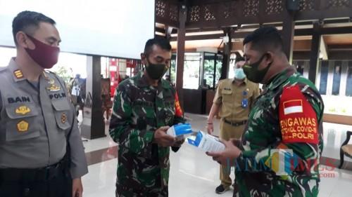 Komandan Satgas New Normal Life Kabupaten Malang, Letkol Inf Ferry Muzawwad (kanan) saat memimpin rapat sosialisasi new normal