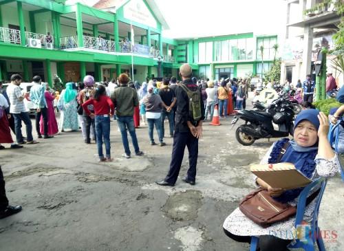 Suasana kantor Dikbud Kota Malang hari ini dipenuhi wali murid. (Foto: Ima/MalangTIMES)