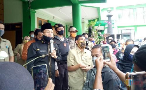 Wali Kota Malang Sutiaji saat berbicara di depan para wali murid di Kantor Dinas Pendidikan dan Kebudayaan Kota Malang. (Foto: Ima/MalangTIMES)