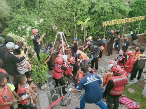 Situasi saat tim mengevakuasi jasad korban dari saat sungai (Anggara Sudiongko/MalangTIMES)