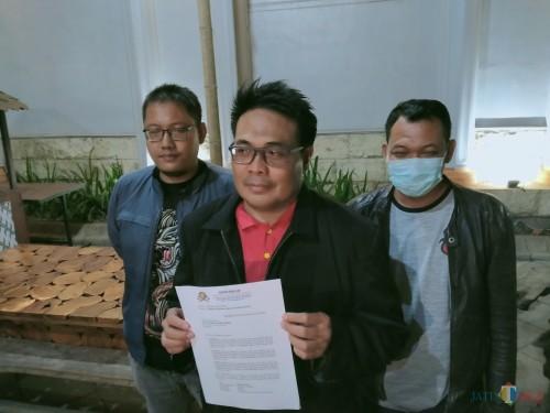 Sumardhan SH saat menunjukan gugatan yang diajukan di PN Malang (Anggara Sudiongko/MalangTIMES)
