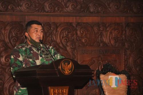 Komandan Satgas New Normal Life Kabupaten Malang, Letkol Inf Ferry Muzawwad saat menyosialisasikan ketetapan protokol kesehatan selama new normal life