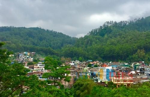 Pemandangan vila yang dikelilingi perbukitan di kawasan Dusun Songgoriti, Kelurahan Songgokerto, Kecamatan Batu. (Foto: Irsya Richa/ MalangTIMES)