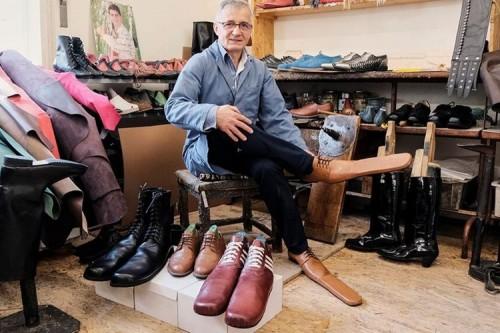 Sepatu social distancing buatan seniman asal Rumania, Grigore Lup. (Foto: Fox News).