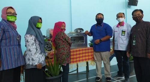 Penyerahan bantuan alat produksi olahan aloevera oleh perwakilan Pertamina Malang kepada Kelurahan Ciptomulyo. (Foto: istimewa).