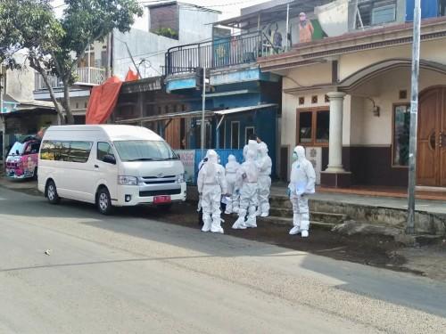 Petugas tenaga kesehatan saat bersiap untuk melakukan rapid test di Desa Giripurno, Kecamatan Bumiaji beberapa saat lalu. (Foto: istimewa)
