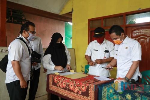 Proses penyaluran BLT Dana Desa  mendapakan pantauan langsung dari Bupati Lumajang (Foto : Moch. R. Abdul Fatah / Jatim TIMES)