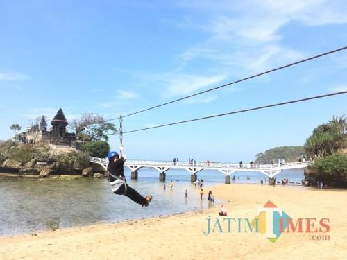 Salah satu pengunjung saat berwisata ke Pantai Balekambang sebelum adanya pandemi covid-19 (Foto : Dokumen MalangTIMES)
