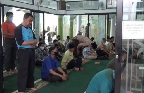 Suasana jamaah saat bersiap pelaksanaan salat Jumat perdana pasca-PSBB di Masjid Baiturrahim Balai Kota Malang, Jumat (5/6). (Foto: Istimewa).