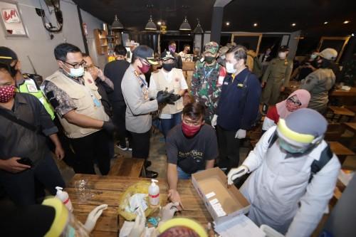 Suasana saat petugas melakukan rapid test kepada pengunjung kafe di kawasan Sudimoro, Kamis malam (4/6). (Foto: Humas Pemkot Malang).