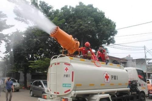 Mobil Gunner Dsinfektan milik PMI sedang melakukan penyemprotan desinfektan. (Foto: Istimewa)