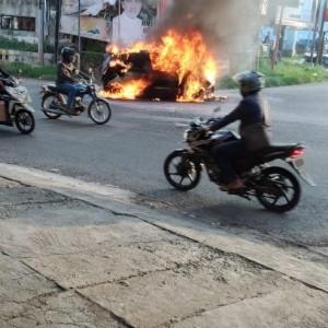 Berpenumpang Staf Bawaslu Jatim, Mobil Dikemudikan Santri Blokagung Terbakar