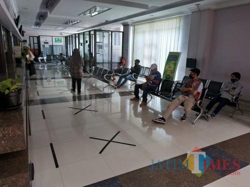 Pelayanan Dispendukcapil Kota Malang yang tampak sepi (Hendra Saputra)