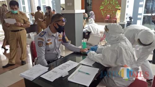 Petugas kesehatan saat melakukan rapid test kepada ASNdi Pendopo, Balai Kota Among Tani, Senin (8/6/2020). (Foto: MalangTIMES)