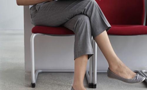 Sering Duduk dengan Posisi Kaki Menyilang Seperti Ini? Waspadai Bahayanya