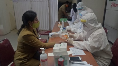 Petugas Kesehatan Dinkes Kota Malang saat melakukan rapid test terhadap salah satu ASN. (Ahmad Nur Amin/MalangTIMES).