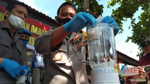 Kapolres Tulungagung,  AKBP Eva Guna Pandia saat menuang sabu kedalam blender untuk dimusnahkan(Joko Pramono for Jatim Times)