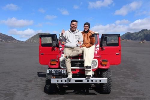 Wisatawan saat berswa foto di Taman Nasional Bromo Tengger Semeru (TNBTS). (Foto: Istimewa).