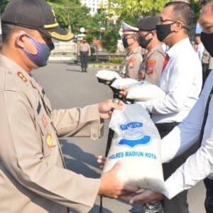 Polres Madiun Kota Distribusikan 1000 Paket Beras bagi Warga Terdampak Covid19