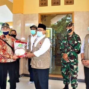 Silaturahmi dengan Warga 3 Kampung di Nglegok, Bupati Rijanto Bawa Oleh-Oleh Bantuan Beras