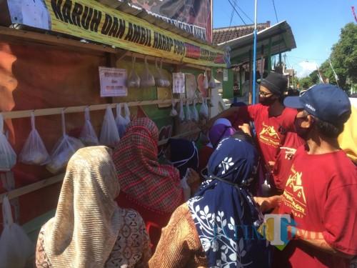 Warga saat mengambil sembako di lumbung pangan yang terdapat di Kampung Tangguh (Foto : Ashaq Lupito / MalangTIMES)