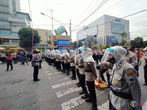 Pasukan Asmaul Husna yang mengawal aksi demonstrasi warga Papua (Anggara Sudiongko/MalangTIMES)