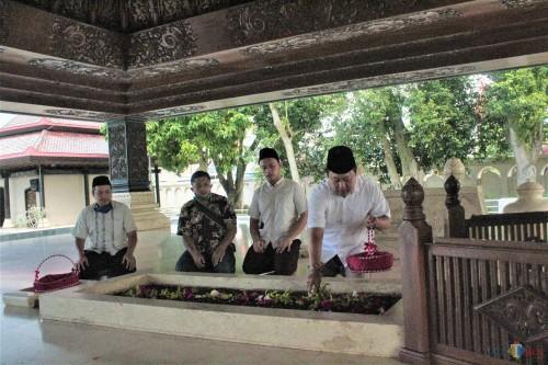 Pilkada Kota Blitar Berlanjut, Henry-Yasin Ziarah ke Makam Pangeranan dan Makam Bung Karno