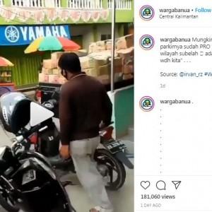 Viral Aksi Unik Juru Parkir saat Pindahkan Motor, Punya 'Skill Tingkat Dewa'