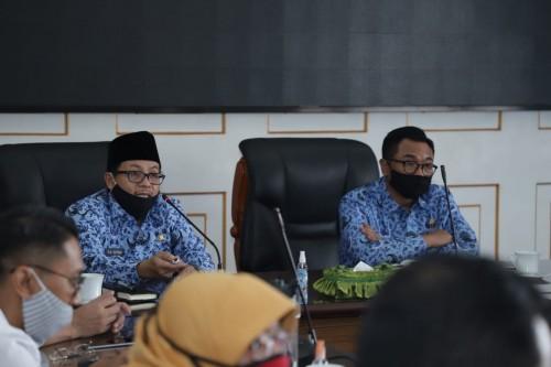 Wali Kota Malang Sutiaji (kiri) didampingi Wakil Wali Kota Malang Sofyan Edi Jarwoko (kanan) saat memimpin rapat terbatas. (Humas Pemkot Malang).