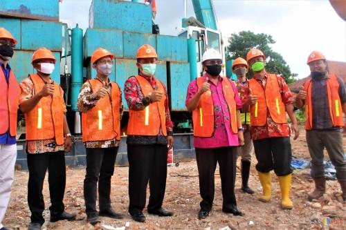 Wali Kota Blitar Santoso (4 dari kanan) memimpin peletakan batu pertama pembangunan gedung kampus AKB (Foto: Aunur Rofiq/ BlitarTIMES)
