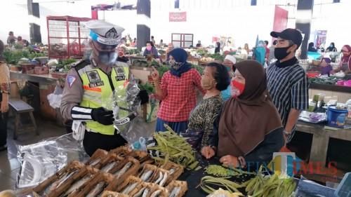 Kuatkan Pasar Tangguh, Polres Blitar Kota Bagikan 250 Pelindung Wajah di Pasar Pon