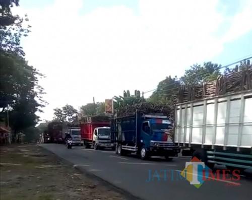Antrean truk tebu di jalur Blitar-Malang di Kecamatan Kesamben