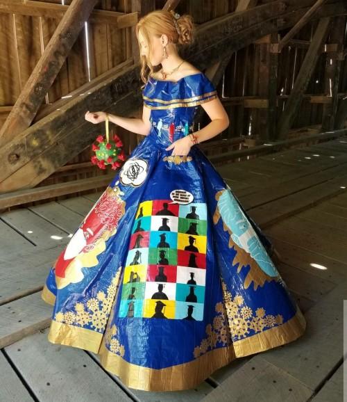 Gaun bertema Covid-19 yang terbuat dari lakban karya Peyton Manker. (Foto: instagram @pey_mank).