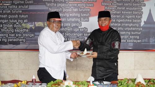 Kusnadi bersama Wali Kota Blitar Santoso.(Foto : Aunur Rofiq/BlitarTIMES)
