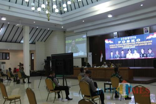 Bupati bersama dandim dan kapolres Jember saat mengikuti rakor daring bersama gubernur Jatim, panglima TNI, dan kapolri. (foto : diskominfo / Jatim TIMES)
