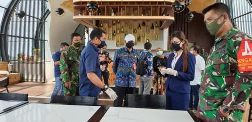 Plt Kepala Dinas Pariwisata Kota Batu, Imam Suryono saat memberikan arahan kepada karyawan di Golden Tulip (Foto: istimewa)