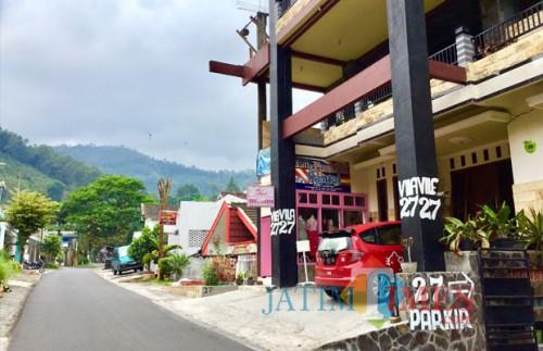 Vila di daerah Songgoriti, Kelurahan Songgokerto, Kecamatan Batu. (Foto: Irsya Richa/MalangTIMES)