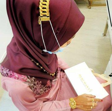 Viral Aksi Warganet yang Sulap Gelang Emas Jadi Cantolan Masker: Orang Kaya Beda Yes!