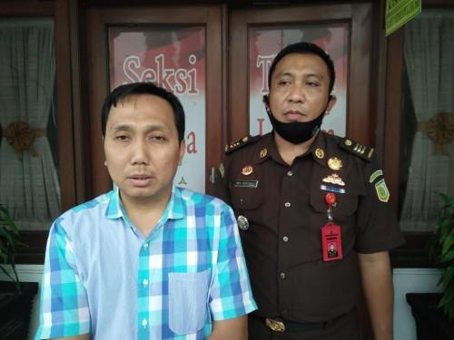 Kasi Pidum Kejaksaan Negeri Kota Malang, Wahyu Hidayatulloh didampingi JPU, Heriyanto (kanan) saat memberikan keterangan (Ist)
