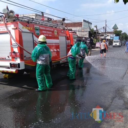 Petugas Pemadam Kebakaan saat menyemprotkan cairan disinfektan guna mengantisipasi penyebaran wabah covid-19 (Foto : PPK Kabupaten Malang for MalangTIMES)