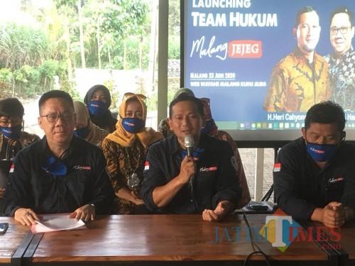 Bakal calon Bupati Malang Heri Cahyono saat menanggapi tudingan banner bergambar dirinya yang dianggap menyalahi aturan (Foto : Ashaq Lupito / MalangTIMES)
