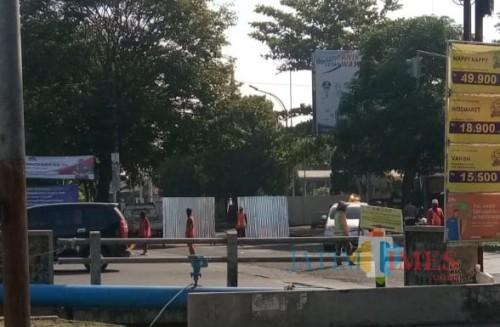 Kondisi terkini penutupan jalur menuju arah Jembatan Kedungkandang di depan Terminal Hamid Rusdi (Yunan H/MalangTIMES)