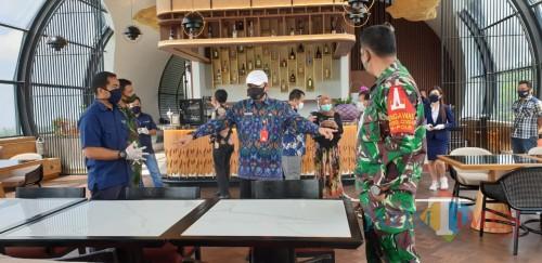 Tim verifikasi Satgas Covid-19 Kota Batu saat melakukan verifikasi di salah satu hotel di Kota Batu beberapa saat lalu.
